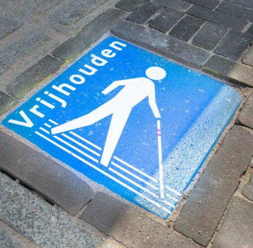 Afbeelding Houd de lijn vrij stoeptegel in de straat gelegen.