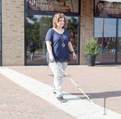 Marjolein is inwoner van gemeente Arnhem, ze loopt op een geleidelijn in het zonnetje