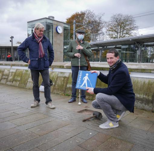 Harderwijk plaatst 'Houd de lijn vrij!'-stoeptegel